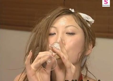 【閲覧注意】アナルに中出しされた薄茶色の精子をグラスで受け止めて飲み干す女!【SM無料動画】