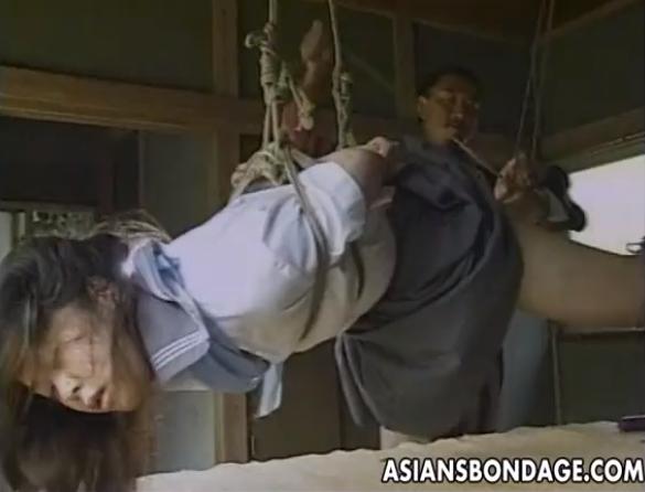荒縄で緊縛された女子校生が天井から吊るされてクンニ責めされた後ハメられる!【SM無料動画】