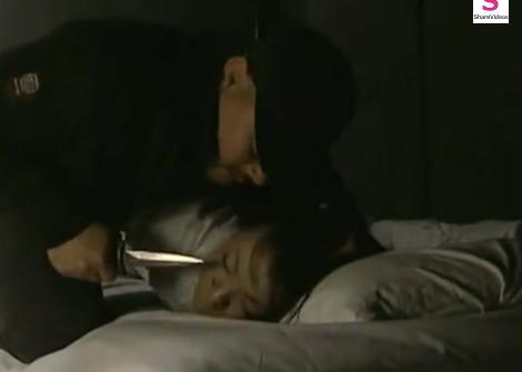 睡眠中の熟女レイプ!いきなり侵入してきた男にナイフで脅されガムテで口を塞がれた人妻が無理やり寝取られる!【SM無料動画】