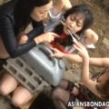 野外でペニバン女王様たちに緊縛拘束されたM女が放尿を強要!正座でオモリ責め・刷毛責めのお仕置き拷問に泣き顔!【SM無料動画】