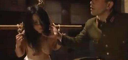 監禁して両手拘束した娘にイラマチオ!【SM無料動画】