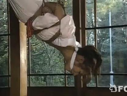 緊縛逆さ吊りにヨガる和装の人妻!【SM無料動画】