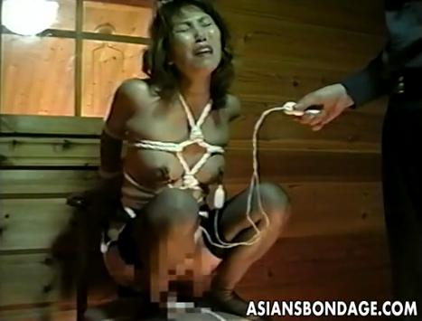 乳首クリップ装着の緊縛M女にディルドオナニー命令!【SM無料動画】