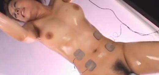拘束台に横たわったM女が電マ、指マン、電気責めの痙攣アクメ地獄!【SM無料動画】