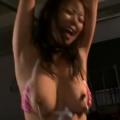 股間にバイブを固定されて乳首クリップを付けた巨乳美女教師が両手拘束・鞭打ちに泣き顔!【SM無料動画】