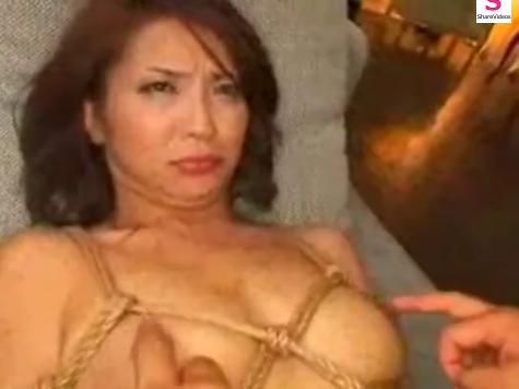 緊縛拘束した人妻をレイプ!ベッドに寝かせてじっくり勃起乳首を舐め回した後クンニ責め!【SM無料動画】