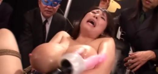 母乳が噴出するM女の公開アクメショー!SMクラブのメンバーの前で緊縛拘束された爆乳人妻の電マ責め絶頂アクメ地獄!【SM無料動画】