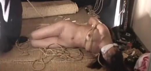 猿轡をされて逆海老反りの状態で緊縛拘束されたM女が鞭打ち・スパンキング・熱蝋責めに絶叫!【SM無料動画】