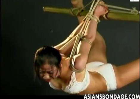 下着姿の妖艶なM女が海老反りの姿勢で宙吊りにされ猿轡をつけられて悶える!【SM無料動画】