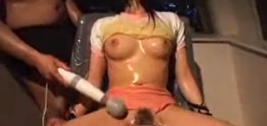 股間にバイブを設置されたメイドコス美少女が悶絶!目隠し口枷つけて拘束椅子で電マ責め絶頂アクメ地獄!【SMエロ動画】