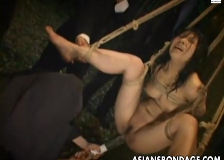 「マゾと認めますか?」強情なメス豚をSMクラブのメンバーたちが取り囲んで野外で緊縛吊るして浣腸責め失禁!【SMエロ動画】
