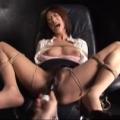 拘束椅子の上で黒くて太いバイブと手マンでイカされる巨乳M女の痙攣アクメ地獄!【SMエロ動画】