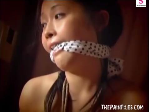 猿轡されたM女の胡坐縛り放置プレイ!【SMエロ動画】