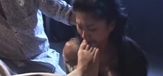 鉄格子の部屋に監禁された熟女が両手拘束されたまま足を舐めさせられた後強制フェラ・屈辱の口内発射に泣き顔!【SMエロ動画】