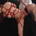 片足吊り拘束した緊縛M女に強制フェラ肉便器調教!【SMエロ動画】