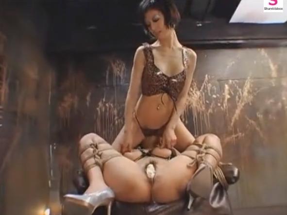 レズ女王様が拘束椅子に緊縛拘束したドM美女に顔面騎乗レズプレイ!【SMエロ動画】