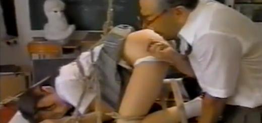【森下くるみ】四つん這いで机に固定された緊縛JKがドSエロ教師に手マンアナル責めされたその指を口の中に入れられて泣き顔!【SMエロ動画】