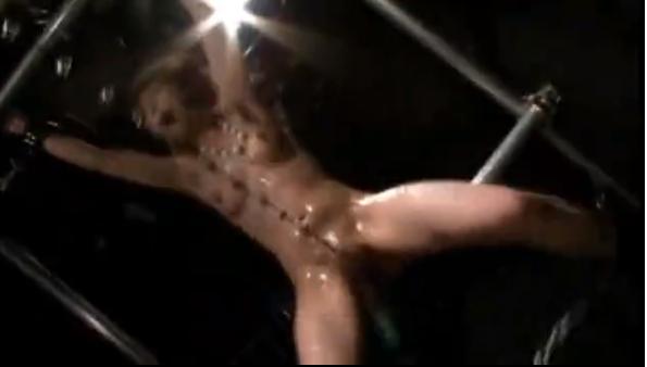 ブランコに固定されて口枷つけたM女がコブ縄責めにおしっこオモラシ!媚薬を塗られた股間を電マ責め鬼イカせ地獄に絶叫!【SMエロ動画】
