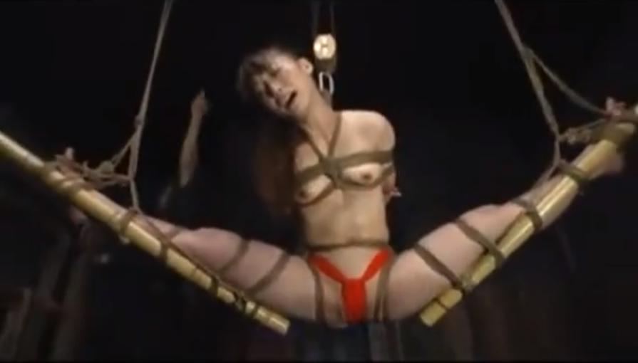 「❤痛い、裂けちゃう、やめて・・」緊縛拘束されたフンドシ姿の軟体M女が股裂き磔にされて強制挿入に悶絶絶叫!【SMエロ動画】