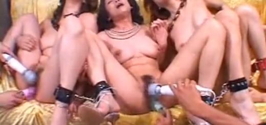 足枷拘束された巨乳美熟女軍団がバイブ電マ手マン責め絶頂アクメ地獄!【SMエロ動画】