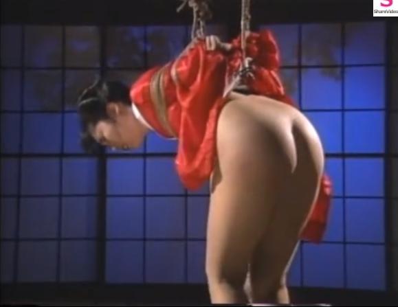 緊縛吊るされたままプリケツを鞭打ちされるマゾ調教に絶叫する和装美女!【SMエロ動画】
