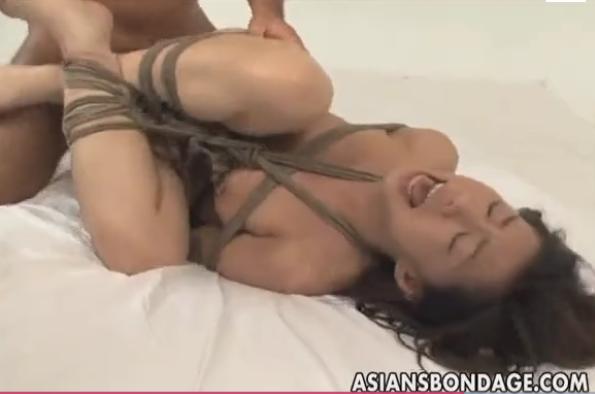 胡坐縛りされて強制フェラ手マン肉便器調教に喘ぐM女!【SMエロ動画】