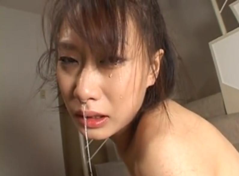 全裸で緊縛吊るされて執拗な鞭打ちに鼻水を垂れ流すM女!【SMエロ動画】