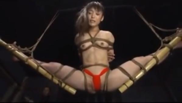 大股開きで緊縛宙吊りにされたフンドシ姿の軟体M女が真下から肉棒を挿入されて絶叫!【SMエロ動画】