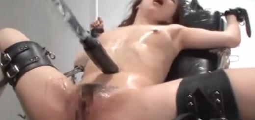 拘束椅子に完全拘束したギャルを電動ドリルバイブ責め痙攣アクメ地獄!【SM無料動画】