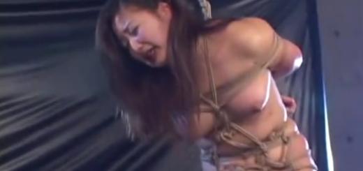 緊縛拘束されたむっちりM女が鞭打ちマゾ調教に泣き顔!【SM無料動画】