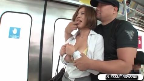 マッチョな男に電車の中で襲われてイラマチオさせられる巨乳美女!【SM無料動画】