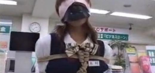 猿轡に目隠しされて縛り上げられた女子行員が男に手マンされて陵辱の潮吹き!【SM無料動画】