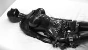 拘束台に完全拘束された全身ラバースーツの爆乳M女が電マ責め絶頂アクメ地獄!【SM無料動画】