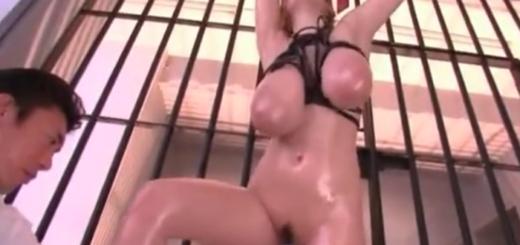 鉄格子の中に監禁された爆乳美女が両手拘束されたまま巨乳を鷲掴みされて電マ責め潮吹き!(Hitomi)【SM無料動画】