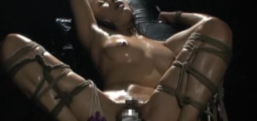 拘束椅子に緊縛放置された妖艶な巨乳M女が強制M字開脚の股間を固定バイブ責めされて身悶える!(友田真希)【SM無料動画】