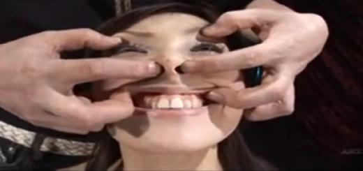 カメラの前で緊縛拘束された美人妻が乳首に洗濯バサミやオモリをつけられて変顔させられる羞恥プレイに泣き顔!【SMエロ動画】