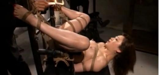 【川上ゆう】逆さまに椅子に緊縛拘束した美女に熱蝋責め!吊るし上げて電マ責めマゾ調教!【SMエロ動画】