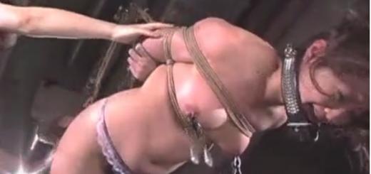 レズ女王様に捕まり緊縛宙吊りにされて乳首オモリ責め鞭打ちの拷問に泣き叫ぶM女!【SMエロ動画】
