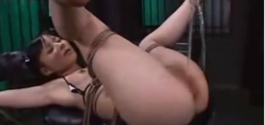 拘束台に強制M字開脚で固定されたメス豚が男たちの肉便器調教におしっこ大量オモラシ!【SMエロ動画】
