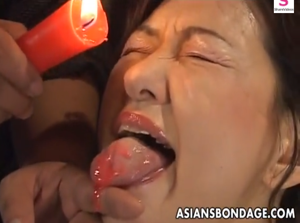 緊縛四つん這いにされた熟女が尻や乳首・舌に熱蝋を垂らされ鞭打ちされる肉便器調教に悶絶!【SMエロ動画】